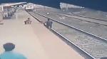 চলন্ত ট্রেনের সামনে 'সুপারম্যান' হয়ে শিশুকে বাঁচালেন রেলকর্মী, গায়ে কাঁটা দেবে ভিডিও