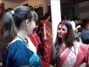 লাল পাড় সাদা শাড়ি, দুগালে সিঁদুর - বিজয়া দশমীতে মল্লিকবাড়িতে কোয়েল, দেখুন ভিডিও