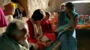 উন্নাওকাণ্ডে নির্যাতিতার পরিবারের সঙ্গে দেখা প্রিয়াঙ্কার, তুললেন অভিযুক্তদের বিজেপি যোগের অভিযোগ
