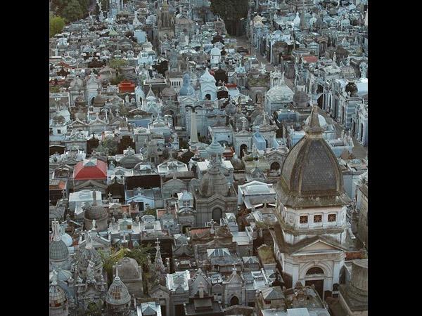 http://bengali.oneindia.com/img/2015/06/18-1434627380-18-1434620184-recoleta-cemetery-in-buenos-aeries.jpg