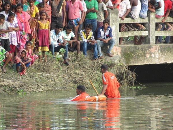 দাদু-দিদাকে অনুসরণ করে বন্যার জলে, হরিশ্চন্দ্রপুরে তলিয়ে গেল শিশু