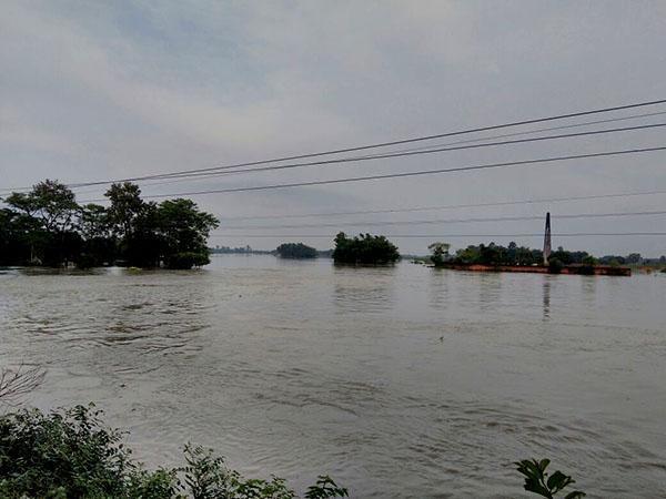 দুর্যোগ কমলেও দুর্ভোগ কমেনি, নদীর রূদ্র-রূপে মালদহ-দিনাজপুরে ভরসা নৌকাই