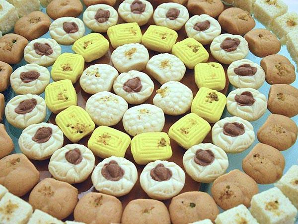 বিজয়ার দিন নাড়ু-মালপো নাকি সন্দেশ-রসোগোল্লা, কোন মিষ্টিতে বেশি মজছে বাঙালি