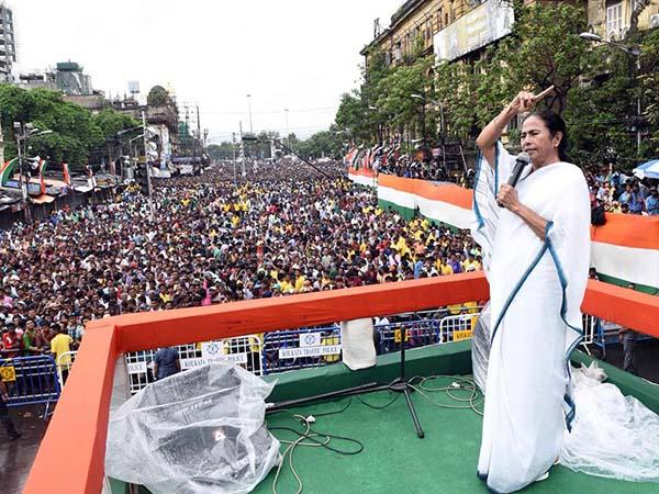 মমতার 'ঐক্যবদ্ধ ভারতে'র ডাকে সাড়া দিয়ে ব্রিগেডে তারকার মেলা, কারা এলেন একনজরে