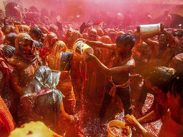 'হোলি'র আনন্দে মেতে উঠছে মথুরা থেকে রাজস্থান  ! দেখুন কীভাবে চলছে রঙ-খেলা
