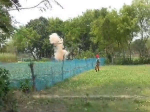 মুর্শিদাবাদে ব্যাপক বোমাবাজির ভয়ঙ্কর দৃশ্য ভিডিওবন্দি! তৃতীয় দফায় দেশে প্রথম ভোটের বলি এরাজ্যে