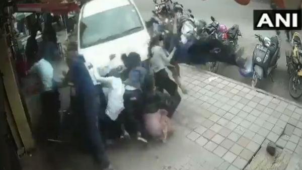 কলকাতার ছায়া এবার বেঙ্গালুরুতে, পথচারীদের পিষে দিয়ে গেল গাড়ি, দেখুন ভিডিও