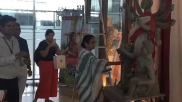 দুর্গা প্রতিমা সজ্জায় হাত লাগালেন জননেত্রী মমতা! মোদীর সঙ্গে হাইভোল্টেজ বৈঠকের আগে বিরল দৃশ্য
