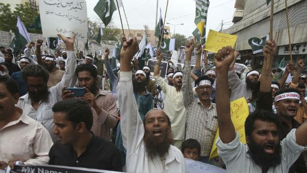 পাকিস্তানে ছড়াচ্ছে দাঙ্গার আগুন! হিন্দু মন্দির ভাঙচুর ঘিরে ধুন্ধুমার পরিস্থিতি