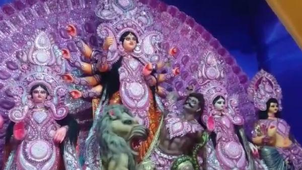 [ দুর্গাপুজো ২০১৯ : বাকিংহ্যাম প্যালেস দেখতে হলে লন্ডন নয়, চলে আসুন বারাসতের রথতলায় ]