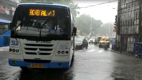 <strong>সামাজিক দূরত্ব শিকেয় উঠেছে কলকাতায়! লকডাউনে নিরাপদ সফরের জন্য অফিসযাত্রীদের ভরসা কী?</strong>