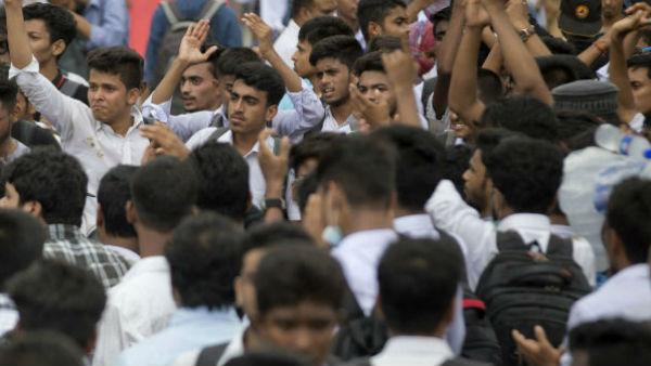 ৫০% ফি মকুবের দাবি! কলকাতায় বিভিন্ন স্কুলের সামনে অভিভাবকদের বিক্ষোভ