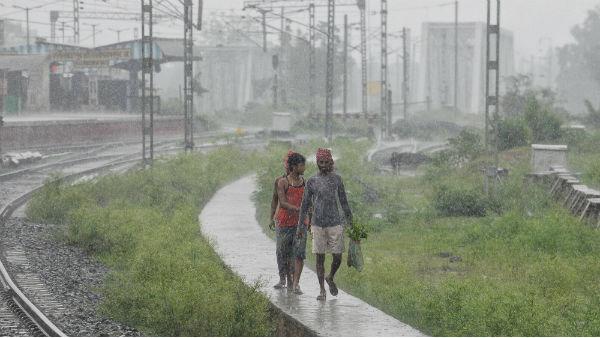 পশ্চিমে সরছে নিম্নচাপ! ৩ দিন প্রবলতর বৃষ্টিতে ভাসতে চলেছে উত্তরবঙ্গ, জারি কমলা সতর্কতা