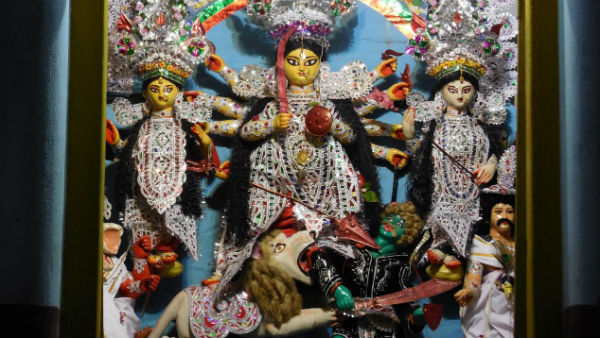 বনেদি বাড়ির দুর্গা ২০২০: দেড়শো বছরের পুরনো কাঠামোয় আজও ব্রিটিশরূপী অসুরকে দমন করেন দুর্গা