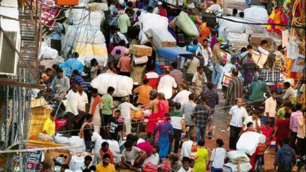 পুজো মণ্ডপে নো এন্ট্রি, এদিকে নিউ মার্কেটে দূরত্ব বিধি শিকেয় তুলে চলছে কেনাকাটা