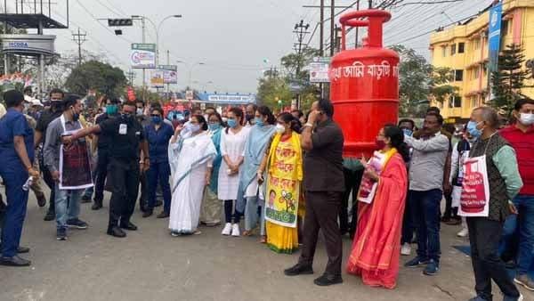 ব্রিগেডে মোদী, শিলিগুড়িতে কেন্দ্রের বিরুদ্ধে সুর চড়ালেন মমতা
