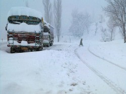 Life In Kashmir Affected As Heavy Snowfall Continues