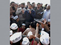 Chaos At Janata Darbar Kejriwal Leaves Midway