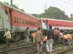 Delhi Bound Poorva Express Derailed In Liluah Station