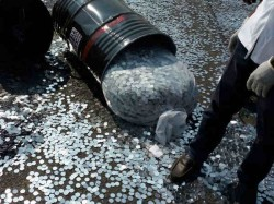 Coins Filled On Road After Truck Accident In Maharashtra