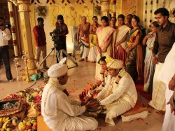 This Indian Couple Sold Tickets Their Wedding 6 Foreigners