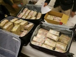 In Delhi S Karol Bagh 3 Crores Old Notes Packed Cheat Airport Xray