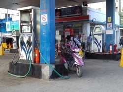 Petrol Pumps Defer Decision Not Accept Cards Till Jan
