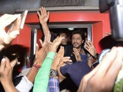 Vadodara Shah Rukh Khan Rides Train Promote Raees One Dead