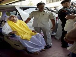 Intruder Threatens Karunanidhi S Wife At Gun Point