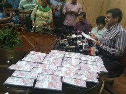 Lakhs Fake 2000 Note Recovered From Kolkata 5 Arrested