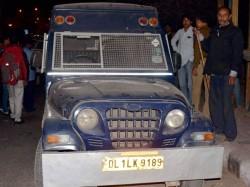 Staff Leave Atm Van Doors Open Bikers Flee With Rs 27 Lakh Delhi