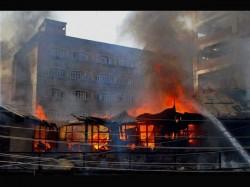 Massive Fire At Burrabazar Kolkata 8 People Injured 4 Fire Tender At The Spot