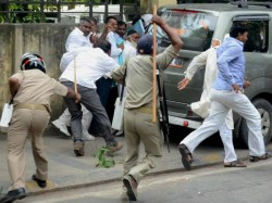 Police Charged Baton On The Tea Workers Stop The Block