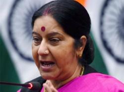 Pak Woman Join Hands With Sushma Swaraj Takes Dig At Sartaj