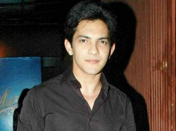 Aditya Narayan Misbehaves With Indigo Staff