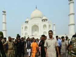 Yogi Adityanath Poses With Foreigner Front Tajmahal