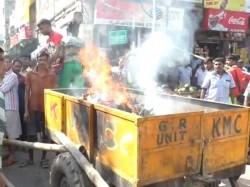 Allegation Death Due Dengi People Blocked Road Gardenreach