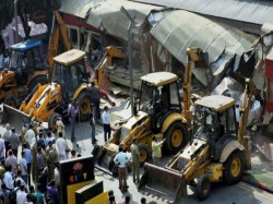 Bmc Demolishes Illegal Structures At 316 Places Cops Looking Owners Gutting Pub