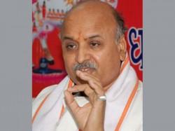 Cong Leader Arjun Modhwadia Hardik Patel Meet Vhp Leader Pravin Togadia Hospital Ahmedabad
