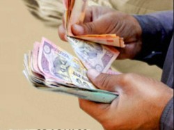 Woman Cop Tries Swallow Bribe Money After Being Caught