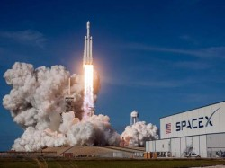 Elon Musk S Spacex S Falncon Heavy Rocket Send Car The Space
