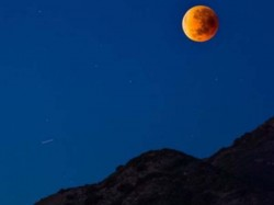 Alien Ufo Seen During Lunar Eclipse Super Blue Moon Time Says Ufo Mania