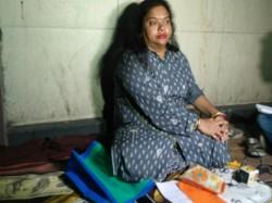 Ratna Chatterjee Sits Front The Residence Mayor Sovan Chatterjee Golpark