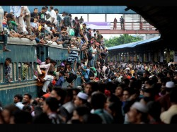 Millions Bangladesh On The Move From Dhaka Their Native Hous