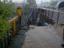 Part Bridge Collapses At Mumbai S Andheri Station Trains Hit