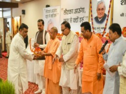 Bjp Leaders Fall Into River Trying Scatter Vajpayee S Ashes Up