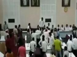 Scuffle Between Members Bjp Aimim Maharashtra S Aurangabad On Vajpayee S Condolence