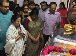 Mamata Banerjee Criticizes Aiadmk On Burial Karunanidhi
