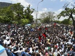 Karunanidhi Last Rites 2 Dead 33 Injured Stampede Outside Rajaji Hall Chennai