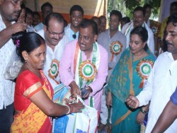 Tmc Mla Firdousi Begam Helps Lower Income Group Sonarpur On The Eve Of Ranna Puja